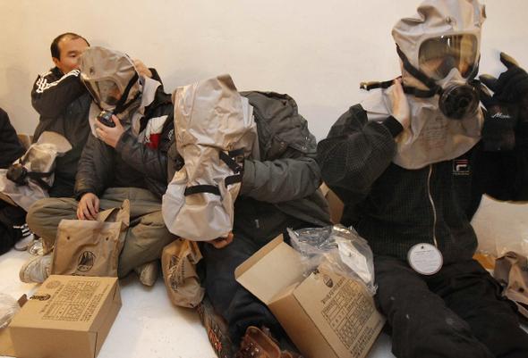 우리나라의 유사시 대피시설은 화생방 방호도에 따라 1~4등급으로 나뉜다. 이 가운데 1등급 대피시설은 전국에 모두 15곳에 불과하다. 2010년 12월, 북한군의 포격으로 인해 피해를 본 경험이 있는 인천시 옹진군 연평도 주민들이 방공호 대피훈련을 하고 있다.   사진공동취재단