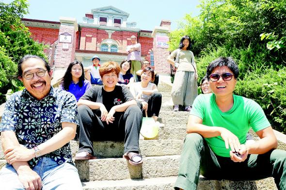 지난 18일 오후 목포시 대의동 옛 일본영사관 앞 계단에서 목포 극단 갯돌 손재오 상임연출 등 단원들이 활짝 웃고 있다. 목포/정대하 기자
