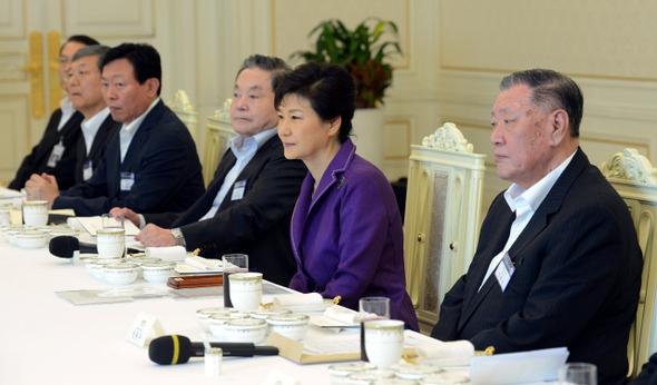 지난 정부의 실패를 벌써 잊었나. 지난 28일 청와대 대기업 회장단 오찬에 참여한 박근혜 대통령. 청와대사진기자단
