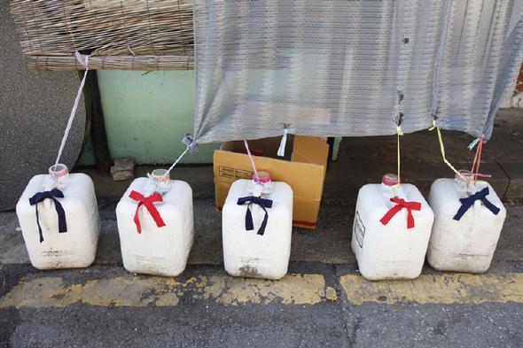 길종상가팀은 서울 용산구 우사단로를 꽃과 리본, 테이프로 장식했다.