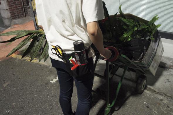 밤을 틈타 거리에서 작품활동을 하는 길종상가팀의 한 작가.