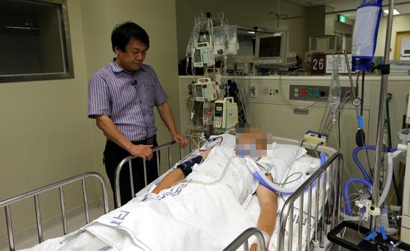 지구촌사랑나눔 대표인 김해성 목사가 10일 저녁 서울 한 병원의 중환자실에서 이주노동자 쉼터에 불을 지른 혐의를 받는 중국동포 김아무개씨를 바라보고 있다. 김씨는 의식불명 상태다. 김경호 기자 jijae@hani.co