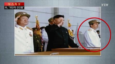 북한 김정은 세습 체제에 반기를 들고 권위에 도전했다는 이유로 처형당한 장성택 전 국방위원회 부위원장의  평소 '불경'스런 모습. 사진은  화면 캡처.