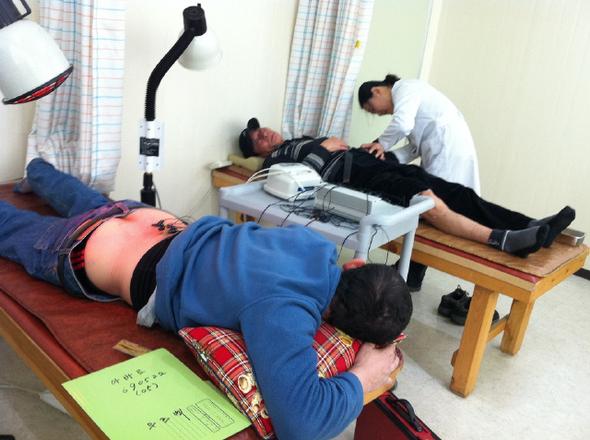 1일 광주외국인노동자건강센터 진료실에서 외국인 노동자들이 뜸 시술을 받고 있다.  광주외국인노동자건강센터 제공