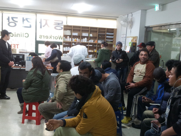 일요일인 지난 1일 오후 광주광역시 광산구 우산동 광주외국인노동자건강센터를 찾은 외국인 노동자와 결혼이주여성 등이 대기실에서 진료를 기다리고 있다.