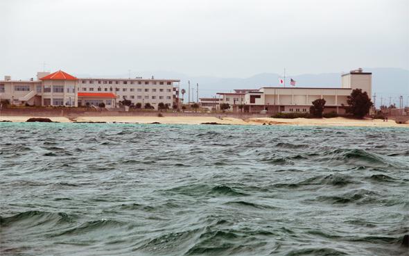 오키나와 헤노코 바다에서 본 캠프 슈와브 전경.  한겨레 자료사진