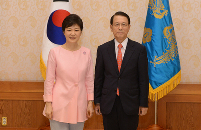 김기춘 청와대 비서실장(오른쪽)이 지난 8월8일 청와대에서 임명장을 받은 뒤 박근혜 대통령과 기념사진을 찍고 있다. 청와대 사진기자단