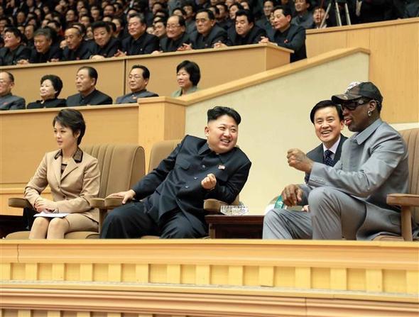 김정은 북한 노동당 제1비서(사진 앞줄 가운데)와 부인 리설주(왼쪽)씨가 평양체육관에서 데니스 로드먼(오른쪽) 등 미국 프로농구(NBA) 출신 선수들의 농구 경기를 관람했다. 평양/조선중앙통신 연합뉴스