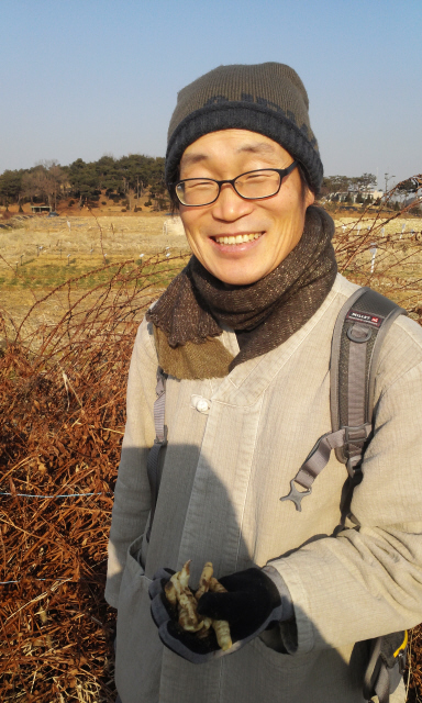 경기도 화성시 장안면 사랑리에서 텃밭을 일구고 있는 박영재씨는 토종 씨앗을 늘리고 보급하는 일을 사명으로 삼고 있는 토종 씨앗 전도사이다.