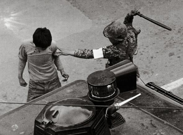 그해 5월의 광주 : 1980년 5.18 광주 민주화운동 당시 계엄군이 광주 시민을 곤봉으로 내리치고 있다. 나경택