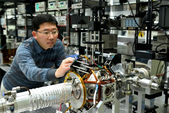 유대혁 한국표준과학연구원 시간센터장이 1억년에 1초밖에 틀리지 않는 이터븀원자 광격자시계의 작동을 점검하고 있다. 한국표준과학연구원 제공