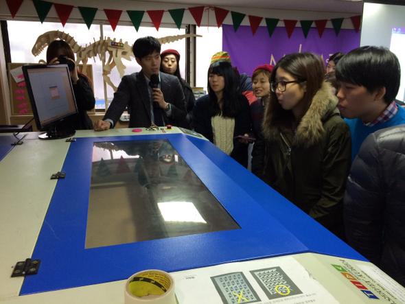 지난달 8일 팹랩서울에서 열린 소셜디자인 워크숍에서 김동현 매니저가 참가자들에게 레이저커터 사용법을 설명하고 있다. 서울시 사회적경제지원센터 제공