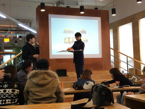 결과 발표회가 열린 지난달 22일 서울시 사회적경제지원센터에서 '독도택시등' 팀이 3D프린터로 만든 독도 형상의 택시 안내등을 설명하고 있다. 서울시 사회적경제지원센터 제공