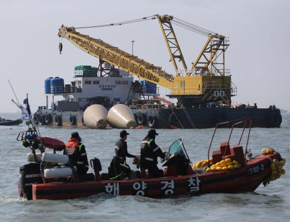 21일 오전 여객선 세월호가 침몰한 전남 진도군 사고 해역에 다이빙벨을 실은 바지선이 떠 있다. 다이빙벨은 수중에서 잠수부들이 교대로 작업을 할 수 있는 수중 대기소로 이 장치가 있을 경우 20시간까지 작업이 가능하다.  진도/박종식 기자 anaki@hani.co.kr