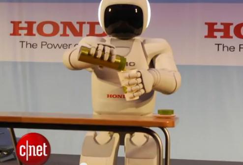 손에 쥔 종이컵에 물을 따르는 아시모. 유튜브 화면 캡처