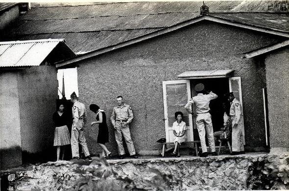 미군 기지촌에는 인신매매되어 오게 된 미성년 여성들도 다수 있었다. 하지만 국가는 이런 상황에 눈을 감았다. '미군에게 접대 잘해달라'는 교육만 진행했다. 교육에 나선 공무원들은 기지촌 여성들을 '달러를 벌어들이는 산업역군'이라 치켜세웠다. 1970년대 동두천의 기지촌 풍경. 구와바라 시세이(눈빛 아카이브) 제공