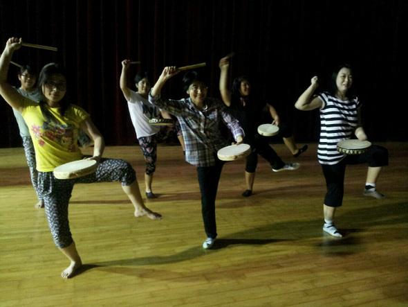 1일 전남 무안군 승달문예회관 연습실에서 오노 사치오(노란 옷)를 비롯한 일본 출신 다문화가정 이주여성 6명이 오키나와춤을 연습하고 있다. 극단 갯돌 제공