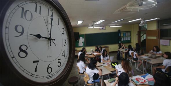 경기도 의정부시 가능동 의정부여자중학교 학생들이 9시에 맞춰 등교하고 있다. 한겨레 신소영 기자
