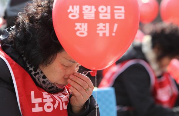 '생활'이 돼야 임금이지, 땀의 대가 후려치는 최저임금아! : 경제일반 : 경제 : 뉴스 : 한겨레