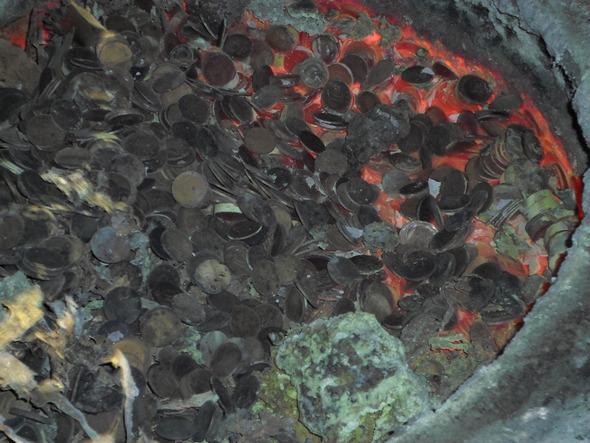 10원짜리 동전을 녹이고 있는 모습. 사진 포천경찰서 제공