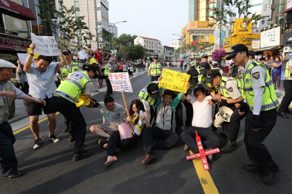 지난 6월7일 서울 신촌 일대에서 열린 퀴어문화축제 퍼레이드 행사를 막아서는 기독교인들. 이종근 기자 root2@hani.co.kr