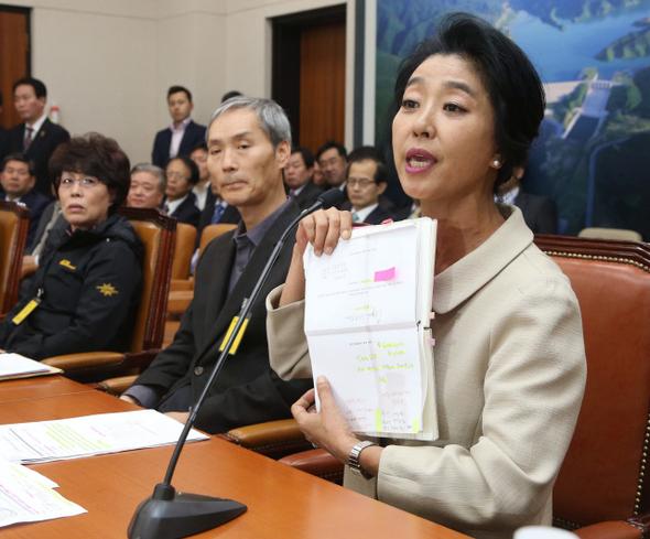 김부선씨가 10월27일 국회 국정감사에 출석해 아파트 난방 비리에 대해 설명하고 있다. 이정우 선임기자 woo@hani.co.kr