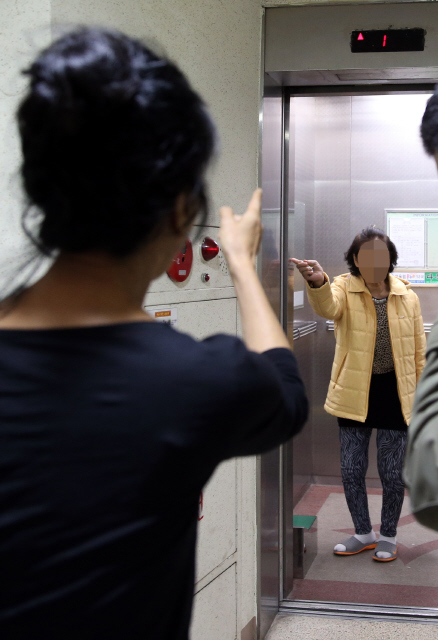 김부선씨는 아파트 난방 비리를 알리는 과정에서 주민들과 잦은 마찰을 빚었다. 김씨 앞에는 '대마초·미혼모·애마부인 배우'라는 편견의 벽이 놓여 있다. 지난달 27일 아파트 엘리베이터 앞에서 김씨가 우연히 마주친 한 주민과 서로 손가락질하며 말싸움을 하고 있다. 강재훈 선임기자 khan@hani.co.kr
