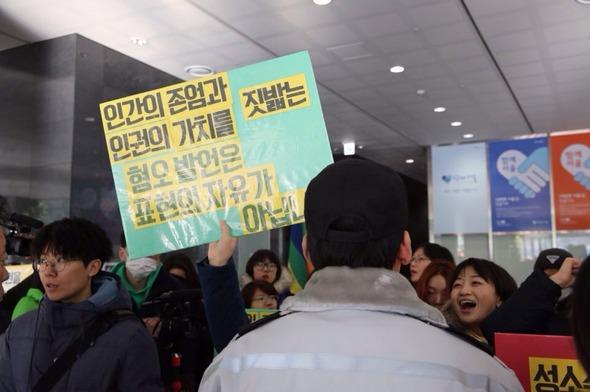 성소수자 단체가 박원순 서울시장과의 면담을 요청하며 6일 오전 서울시청 점거 농성에 들어갔다. 박승화 한겨레21 기자