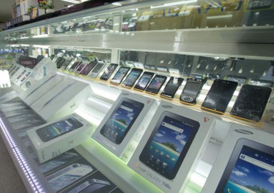 휴대폰 대리점에 진열돼 있는 스마트폰들. 한겨레 자료 사진