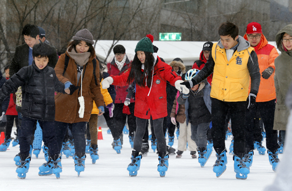 서울광장에 마련된 서울 중구 스케이트장이 문을 연 21일 오후 시민들이 찾아와 즐거운 휴일 한때를 즐기고 있다. 이종근 기자 root2@hani.co.kr