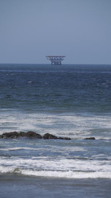 지난 7일 탈라라 해변에서 찍은 사비아 페루의 해상 시추선 모습. 탈라라/최현준 기자 haojune@hani.co.kr