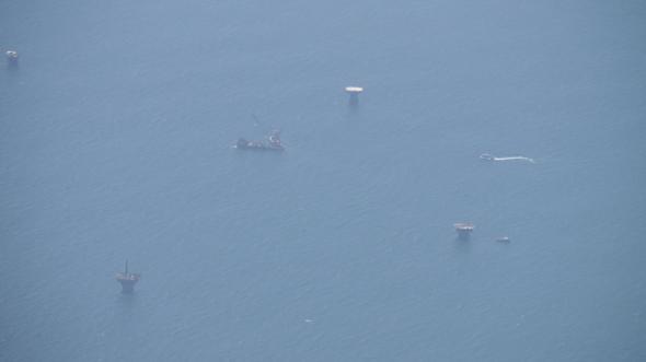 지난 7일 오후 페루 북쪽 해안에서 석유 시추선이 사이를 배들이 오가고 있다. 리마에서 탈라라행 비행기를 타고 가면서 찍었다. 탈라라/최현준 기자 haojune@hani.co.kr