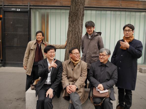 종교포럼에서 토론할 김근수 소장과 조성택 교수, 김진호 목사(앞줄 왼쪽부터)와 사회를 맡을 박병기 교수, 성해영 교수, 정경일 원장(뒷쪽 왼쪽부터).