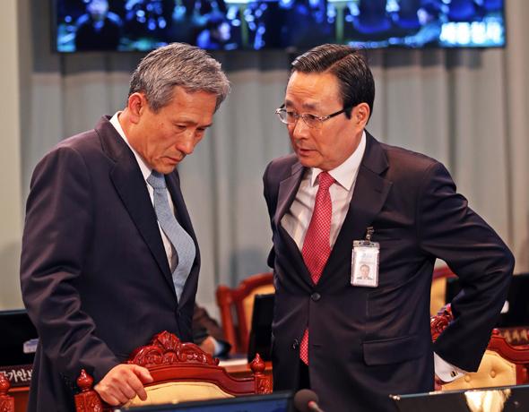 김관진 국가안보실장(왼쪽)과 주철기 외교안보수석이 지난 3월 17일 청와대에서 열린 국무회의에 앞서 이야기를 나누고 있다. 이정용 선임기자 lee312@hani.co.kr