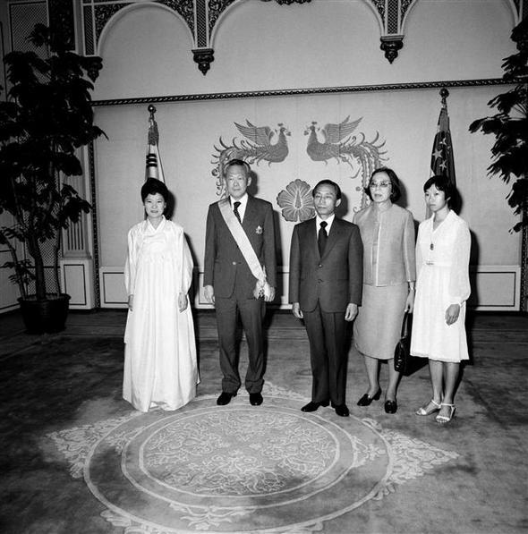 리콴유(왼쪽 둘째) 전 싱가포르 총리가 1979년 방한했을 당시 박정희(가운데) 전 대통령과 찍은 기념사진. 맨 왼쪽은 당시 통역을 맡은 박근혜 대통령이다.  한국정책방송원 제공/뉴시스