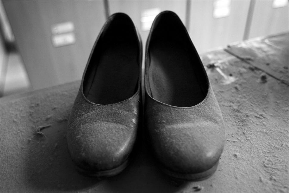 한국철도공사에서 농성 중인 KTX 해고 승무원들이 소지품을 찾기 위해 승무본부 로커룸을 찾았다. 오랜 시간 주인을 찾지 못한 구두가 하얀 먼지로 뒤덮여 있다. 2006년 3월 9일.  / 사진·글 김흥구 사진가