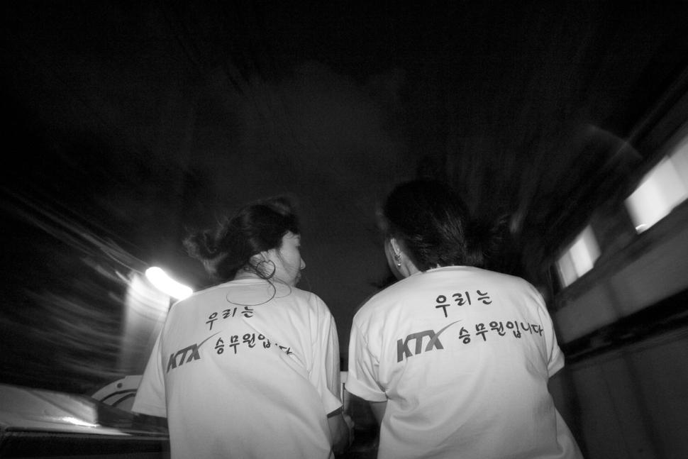 """끝이 보이지 않는 터널 속 긴어둠이지만, 그럼에도 불구하고 """"우리는 KTX 승무원입니다""""  / 사진·글 김흥구 사진가"""