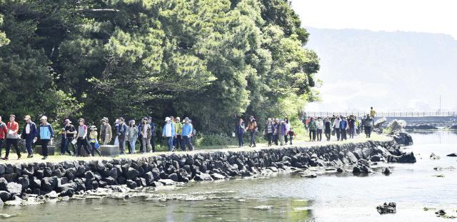 지난 26일 제주관광공사가 주최한 성산·오조 지질트레일 길열림 행사에 도민과 관광객 등 1000여명이 참가해 지질트레일 코스를 걷고 있다. 제주관광공사 제공