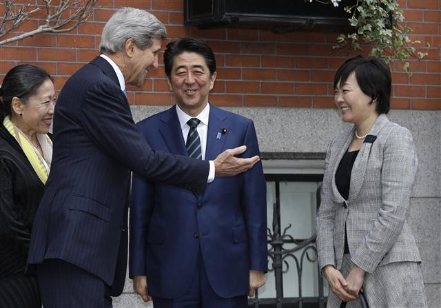 존 케리 미국 국무장관이 26일 보스턴의 부유층 주거지인 비컨힐에 있는 자택에서 미국을 방문한 아베 신조 일본 총리(오른쪽 둘째)와 그의 부인 아키에(오른쪽)를 맞이하고 있다.  보스턴/AP 연합뉴스