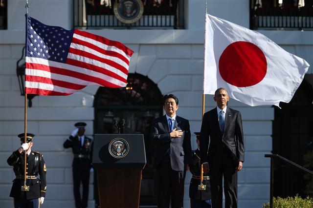 버락 오바마(오른쪽) 미국 대통령이 28일 백악관에서 미국을 방문한 아베 신조 일본 총리를 환영하는 공식 행사를 진행하고 있다. 워싱턴/AP 연합뉴스