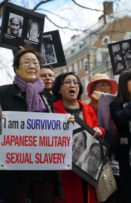 """""""나는 일본군 성노예에서 살아남은 생존자다""""라는 플래카드를 든 일본군 위안부 피해자 이용수(87) 할머니 등이 27일 미국 케임브리지 하버드대 앞에서 아베 신조 일본 총리가 일본의 전쟁 범죄에 대해 사과할 것을 촉구하는 시위를 벌이고 있다.     케임브리지/신화 연합뉴스"""