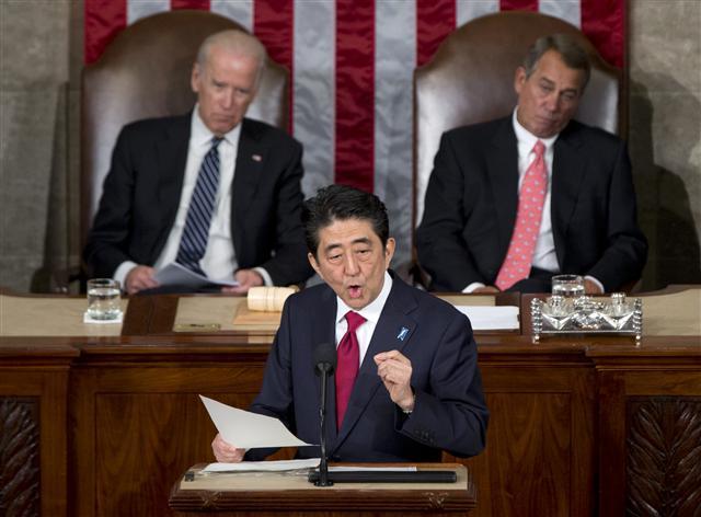 아베 신조 일본 총리가 29일 미국 워싱턴 의사당에서 상·하원 합동연설을 하고 있다. 연단 뒤에서 미 상원 의장인 조 바이든(왼쪽) 부통령과 존 베이너 하원 의장이 그의 연설을 듣고 있다. 워싱턴/AP 연합뉴스