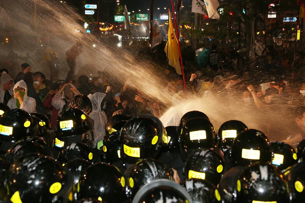 노동절 노동자대회에 참석했던 노동자와 416세월호국민연대가 주최한 1박2일 행동에 참가했던 시민단체 회원, 시민들이 1일 밤 청와대를 향해 행진하려하자 서울 안국네거리에서 경찰이 차벽으로 가로막은 채 살수차를 동원해 물을 뿌리고 있다. 이정우 선임기자 woo@hani.co.kr