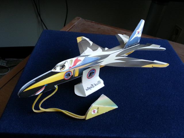 이희우 한국종이비행기협회장이 개발한 조립형 종이비행기 '블랙 이글'(한국종이비행기협회 제공)
