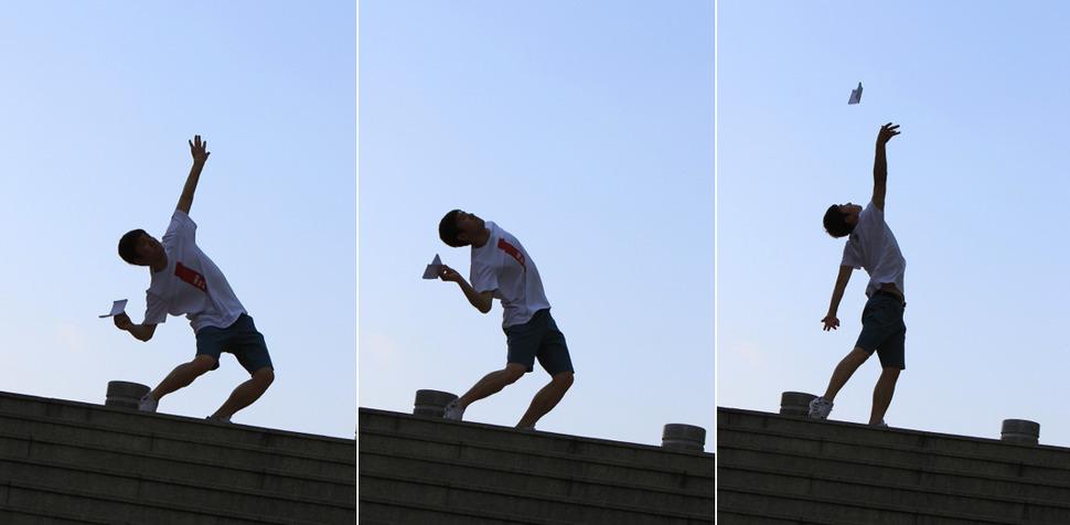 종이비행기 '오래 날리기' 국가대표 이정욱씨가 직접 개발한 '버드맨'을 거의 수직으로 던져 올리고 있다. 사진 박미향 기자 mh@hani.co.kr