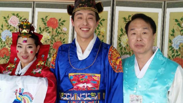 임성택(52·맨 오른쪽)씨가 지난 16일 오후 경북 경주시 경주향교에서 전통 방식으로 결혼식을 한 아들·며느리와 기념사진을 찍고 있다. 경주/정대하 기자