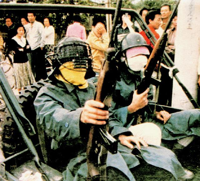 임성택씨는 일부 극우세력이 '북한군 특수부대원'이라고 주장하는 사진에 등장하는 복면 시민군(사진 오른쪽)이 자신이라고 설명했다. 1980년 5월25일 광주시 서구 농성동에서 외신기자가 찍은 사진이다. 광주시 제공