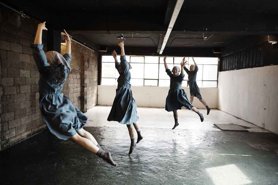 지난 10일 인디아트홀 공에서 1층 공장의 기계음이 들리는 가운데 공연한 양손프로젝트의 연극 '여직공'. 양승호 제공