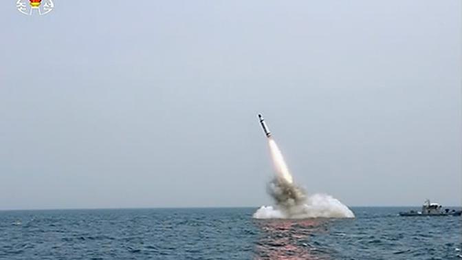 북한 조선중앙TV가 지난 9일 보도한 사진의 '잠수함 발사 탄도미사일'(SLBM) 발사 지점 바로 옆에 예인선으로 보이는 '선박'이 있는 장면이 포착됐다. 이 선박이 예인선이 맞다면 북한이 전략 잠수함이 아닌 해저 바지선에서 SLBM 수중발사 실험을 한 것이라는 의혹 제기가 가능하다. 연합뉴스