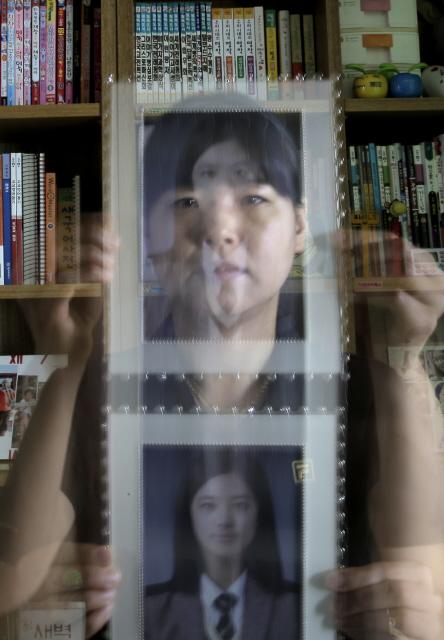엄마는 모든 게 미안하고 죄스럽다. 일곱살에 학교를 보내지 않았다면, 원래 가고 싶어하던 고등학교로 보냈다면 어땠을까. 전민주씨의 얼굴 위로 사진 속 막내딸 승희의 얼굴이 겹쳐 보이게 찍었다. 강재훈 선임기자